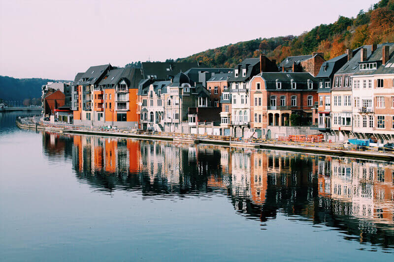 Small,-European-townhouses-lined-up-against-riverside