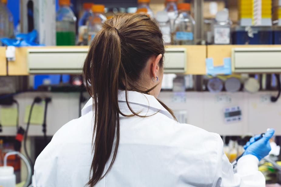A female scientist works on FDA kratom testing at her station.